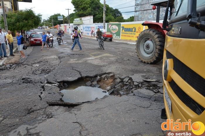 Ônibus escolar é engolido por cratera no centro da cidade de Cajazeiras. Fotos e vídeo!