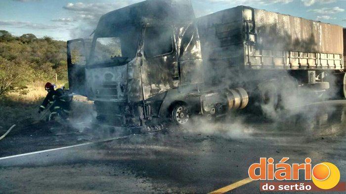 A cabine da carreta foi totalmente consumida pelo fogo