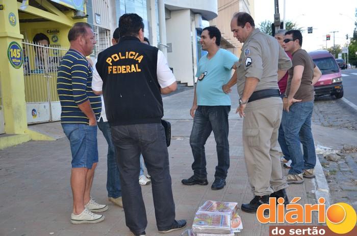 Polícia Federal cumpre mandado da Justiça Eleitoral e apreende material irregular no comitê de Cássio em Cajazeiras. Confira aqui!