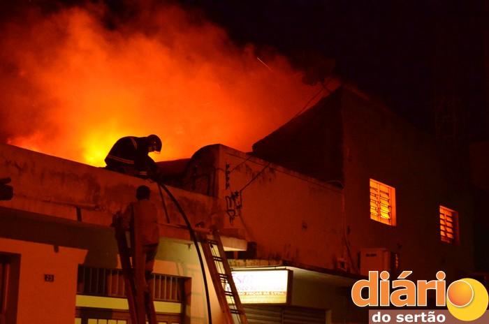 Incêndio de grandes proporções é registrado em estabelecimento comercial centro de Cajazeiras; Fogo destruiu parte do prédio