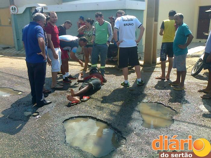 Homem cai dentro de buraco em Cajazeiras e é socorrido para Hospital Regional. Veja fotos