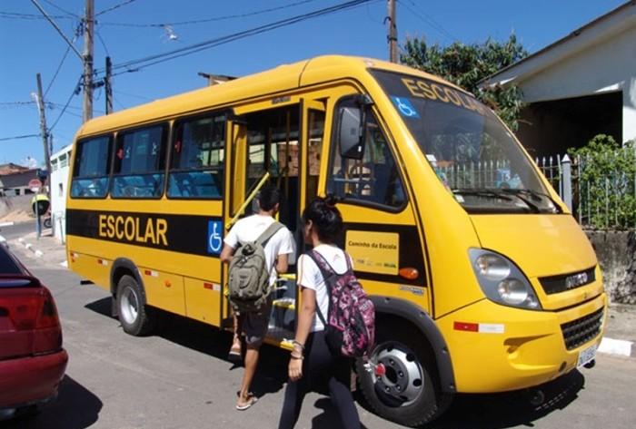 Universitários denunciam que estão fazendo 'vaquinha' para abastecer transporte escolar para se dirigirem a faculdades de Cajazeiras