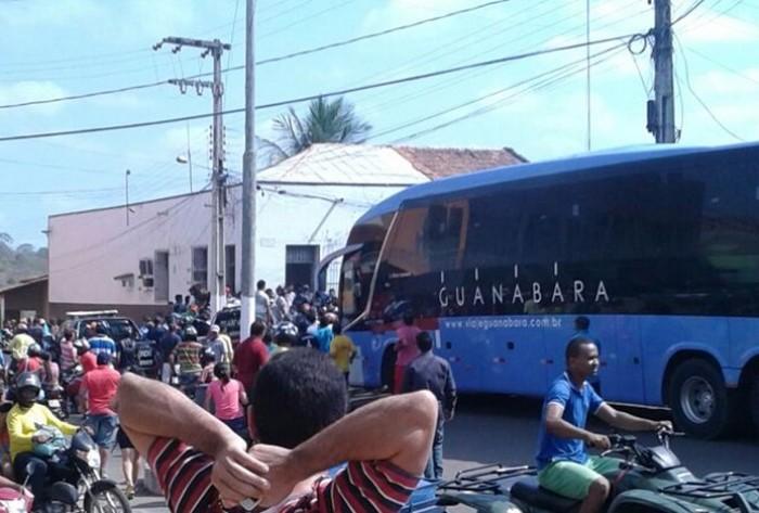 Dupla assalta passageiros de ônibus da Guanabara e estupra estudantes; polícia prendeu acusados
