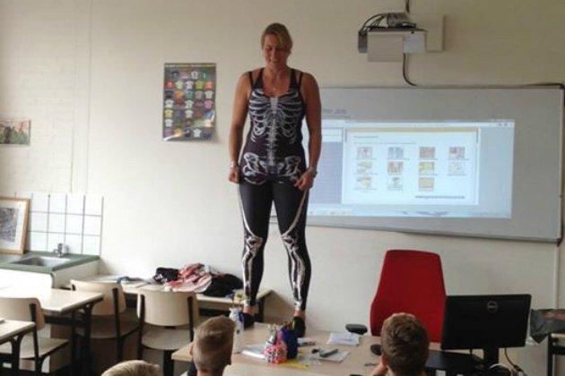 Holandesa também usou roupas para ensinar sobre os ossos do nosso corpo. (Facebook)