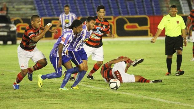 Léo Olinda enfrentando o Campinense pelo Atlético de Cajazeiras