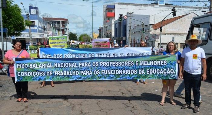 Professores durante protesto nas ruas de Sousa