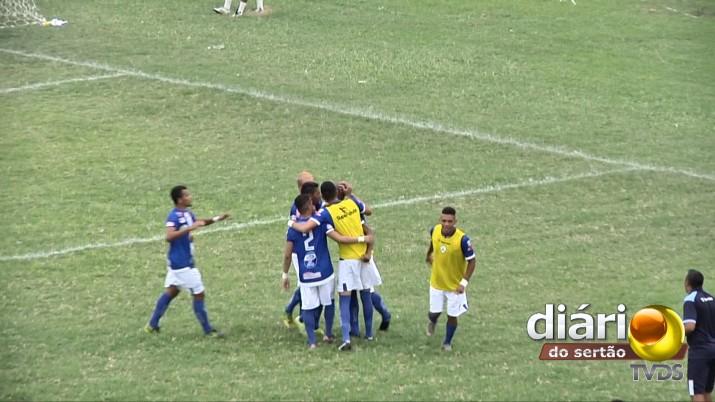 Jogadores comemoram o gol da vitória (Foto: reprodução TV Diário do Sertão)