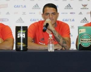 Thiago Santos prestando sua primeira entrevista coletiva no Fla (Foto: Gilvan de Souza/Fla Imagem)
