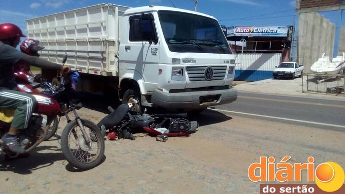 Acidente foi registrado na BR 230 em Sousa (Foto: João Fábio)