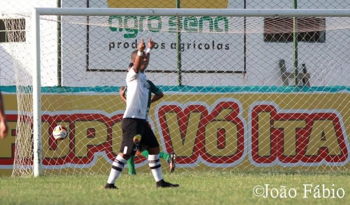 Jogador do Botafogo comemora o gol no início do primeiro tempo (Foto: João Fábio)
