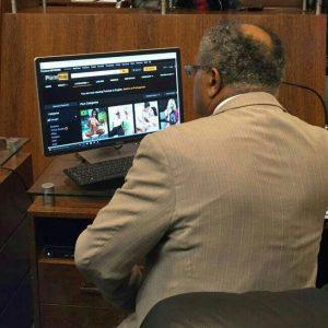 Vereador Lino Peres foi fotografado navegando por um site pornográfico durante expediente