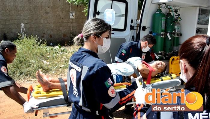 Samu socorrendo uma das vítimas para o Hospital Regional (foto: Charley Garrido)