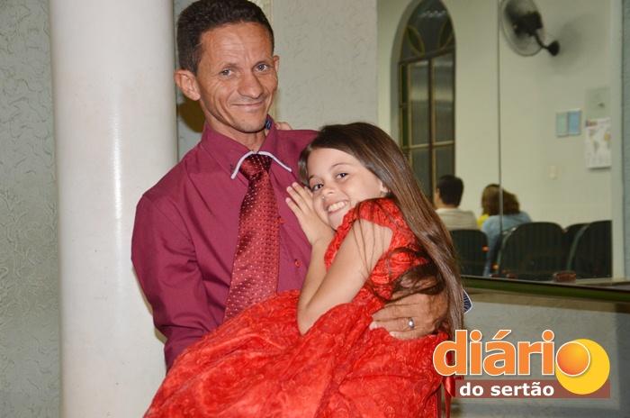 Cantora Sara ao lado do pai (foto: Charley Garrido