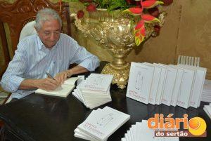 Frassales autografa livros no lançamento