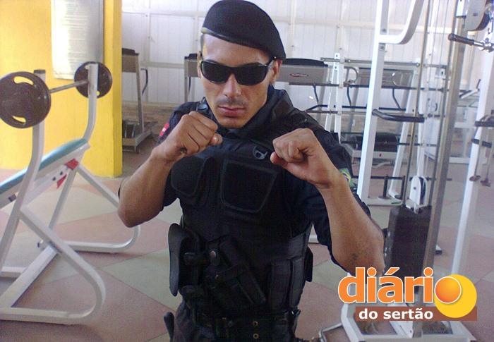 Marcelo trabalha de vigilante em Sousa (foto: reprodução/Facebook)