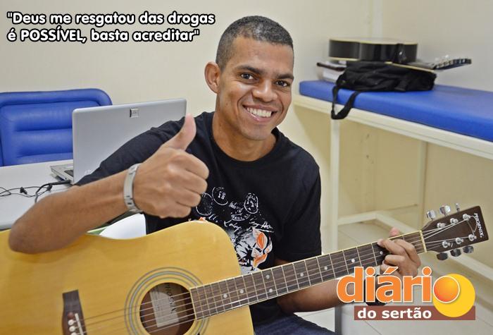 Paulinho hoje canta e toca violão (foto: Charley Garrido)
