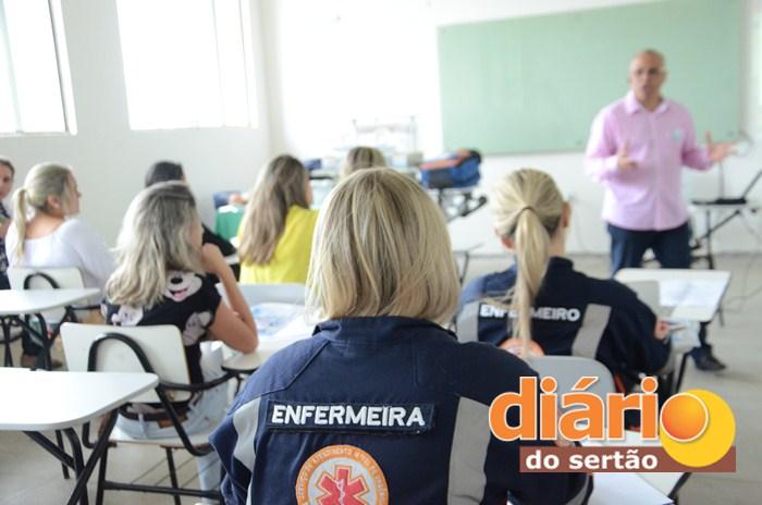 Profissionais de enfermagem participaram de curso em Sousa (foto: Charley Garrido)
