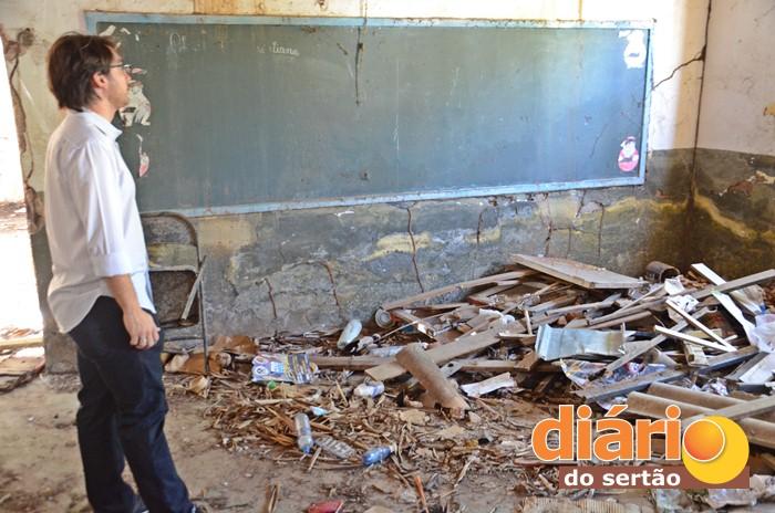 Prédio está em ruínas (foto: Charley Garrido)