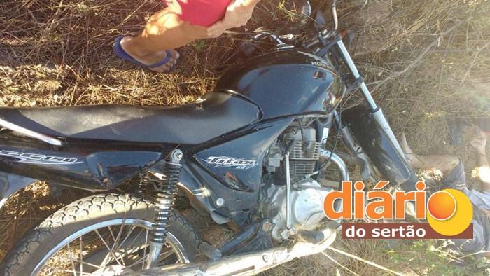 A moto ficou parcialmente destruída com o impacto (Foto: DS)