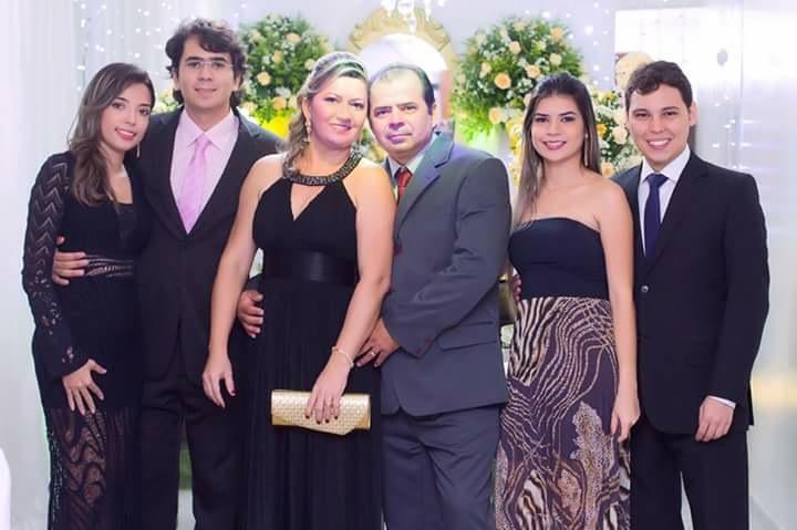 Bruniele Abrantes ao lado da família (foto: Facebook)