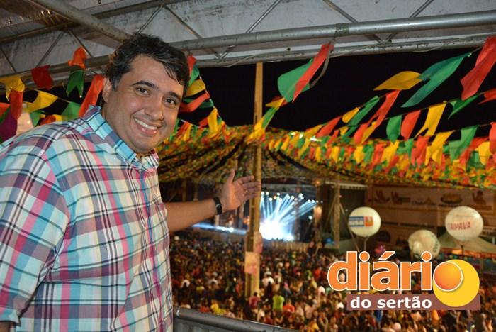 Prefeito de Sousa na segunda noite de festa (foto: Kyioshi Abreu)
