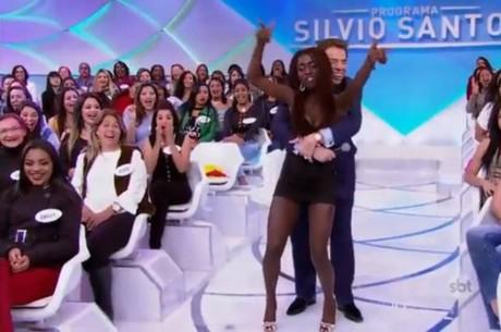 """Silvio Santos se assanha e apalpa mulher de auditório: """"Você está cheia de curvas"""""""