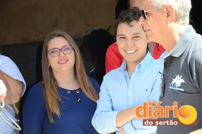 Iure e a Auxiliar de Saúde Bucal, Karliene Pordeus (foto: Charley Garrido)