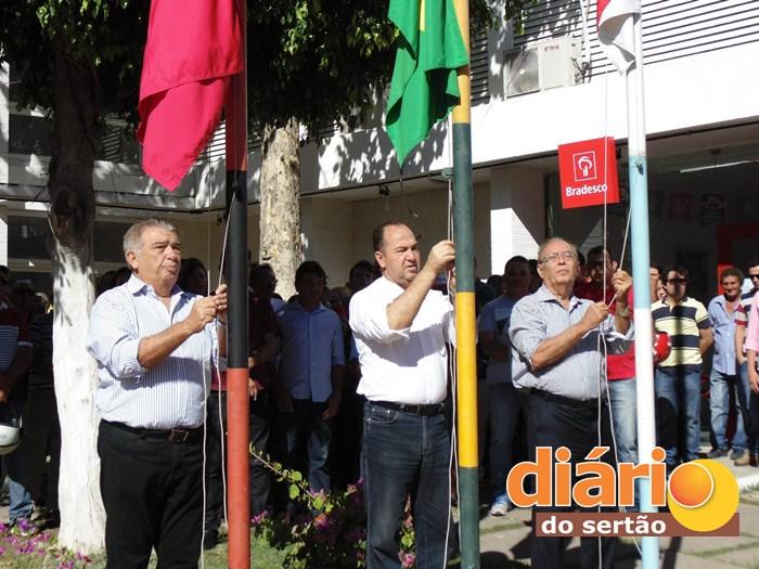 Hasteamento das bandeiras (foto: DS)