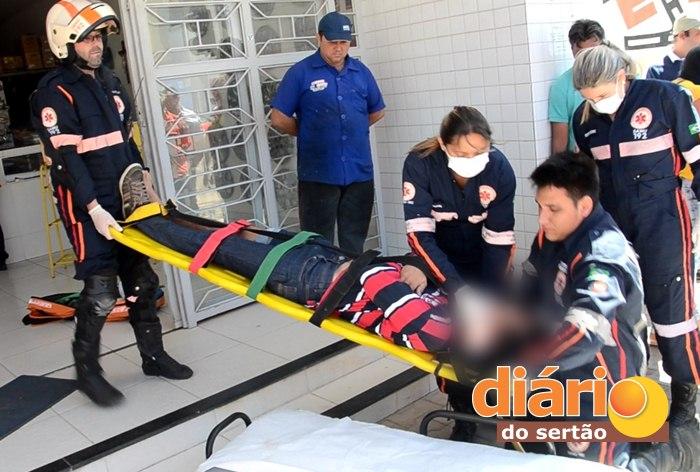 Vítima sendo socorrida pelo SAMU (foto: Charley Garrido)
