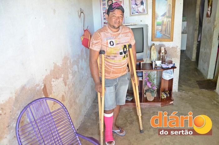 Agricultor anda com ajuda de muletas (foto: Charley Garrido)