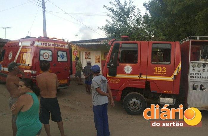 Bombeiros no local do incêndio em Pombal (foto: DS)