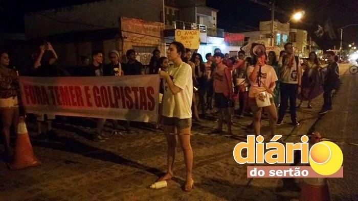 Manifestação em frente ao palco do evento (Foto: DS)