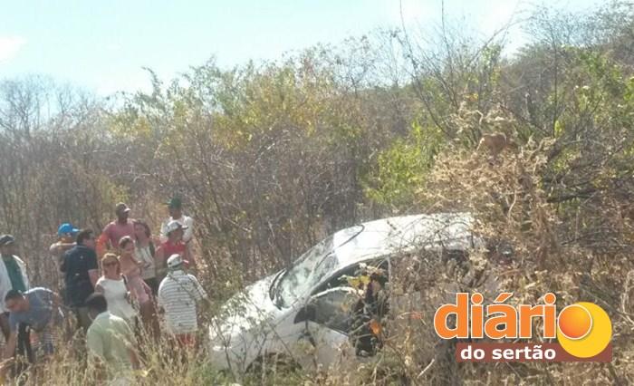 Carro capotou e saiu da pista (foto: Diário do Sertão)