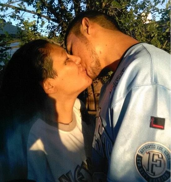Beijo entre mãe e filho (foto: reprodução/RedeTV