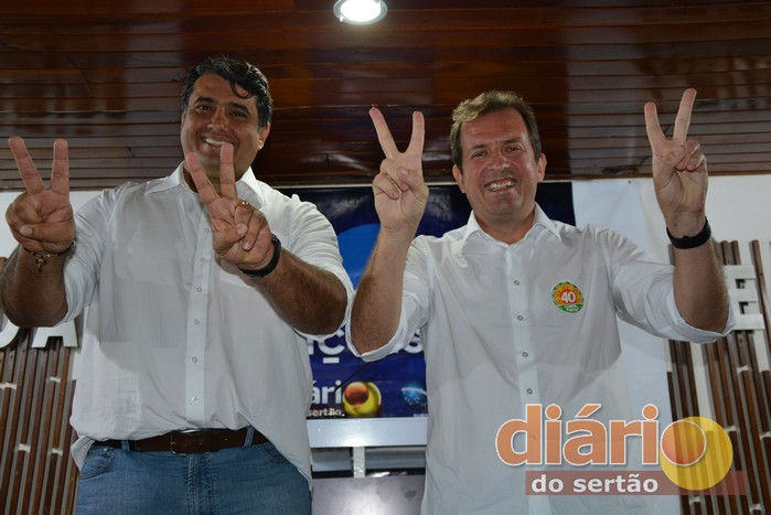 André Gadelha e Fábio Tyrone posaram para foto no fim do debate (foto: Diário do Sertão)
