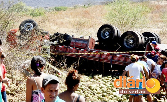 Caminhão saiu da pista e capotou (foto: Charley Garrido)