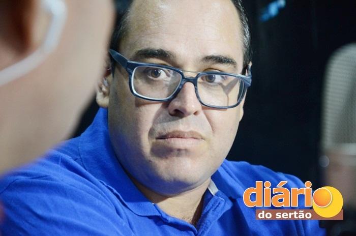 Candidato a prefeito de Vieirópolis, durante entrevista na TVDS (foto: Charley Garrido)