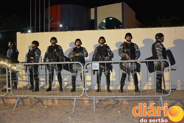 Policiais militares realizando segurança durante o debate na OAB em Sousa (foto: Diário do Sertão)