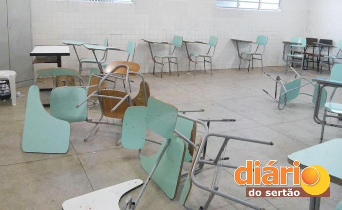 Alunos derrubaram as cadeiras na sala de aula (foto: DS)