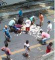 Bandidos deixam cair dinheiro e moradores devolvem a dono de loja (Foto: Divulgação)