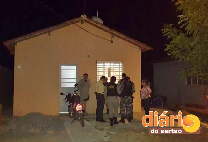 Crime ocorreu dentro de uma casa no Sousa 1 (foto: João Fábio)