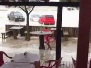 Tsunami meteorológico atingiu estabelecimentos (Foto: Reprodução/RBS TV)