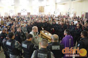 Ao redor do caixão, policiais fazem homenagens ao cabo Marcelo na Igreja Sagrada Família