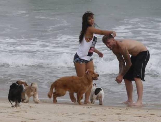Carol Nakamura e Aislan na Praia da Barra Foto: Cristiana Silva
