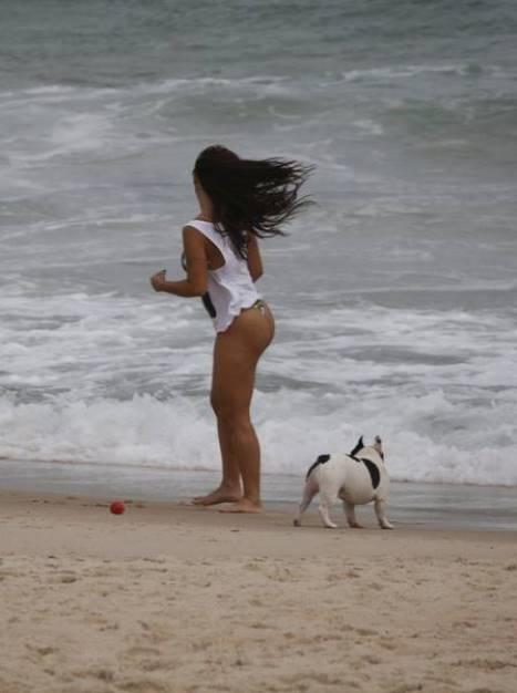 Carol Nakamura na Praia da Barra Foto: Cristiana Silva