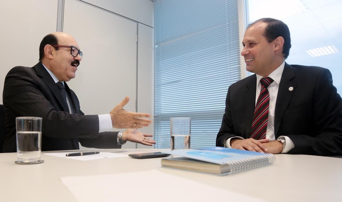 Senador Deca comemora homologação do aeroporto de Cajazeiras (Foto: Assessoria)