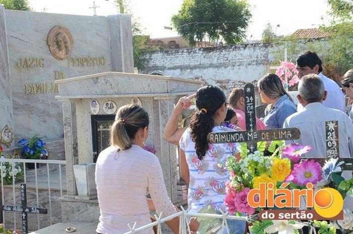 Prefeito de Sousa, André Gadelha, visitando o túmulo da família Gadelha (foto: Charley Garrido)