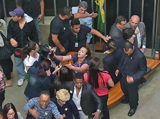 Manifestantes invadem plenário da Câmara (Foto: Reprodução/TV Câmara)