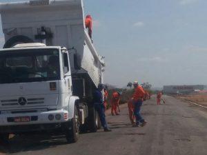 Operários trabalhando nas estradas (Foto: Chico Xavier)