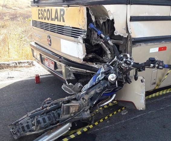 Moto e ônibus envolvidos no acidente (Foto: Radar Sertanejo)